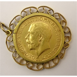 King George V 1915 gold full sovereign, in 9ct gold mount and chain stamped '9ct', total weight 16.8 grams