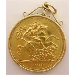 King George V 1929 gold full sovereign, Pretoria mint, in 9ct gold mount, total weight 9 grams